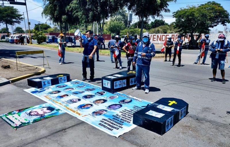 Protestas en nombre de trabajadores fallecidos víctimas del COVID-19. Foto: Gran Angular